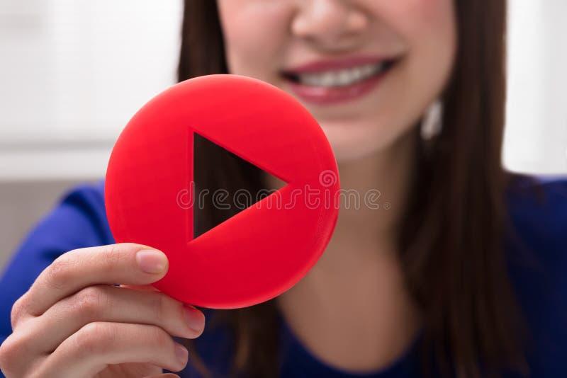 Mano del ` s de la mujer que lleva a cabo el icono del juego imagen de archivo