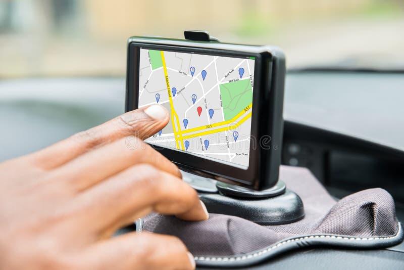 Mano del ` s de la persona usando el servicio de GPS imagenes de archivo