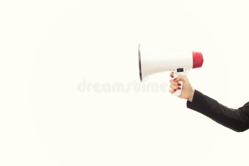Mano del ` s del hombre de negocios que sostiene un megáfono aislado en el backgro blanco imagenes de archivo