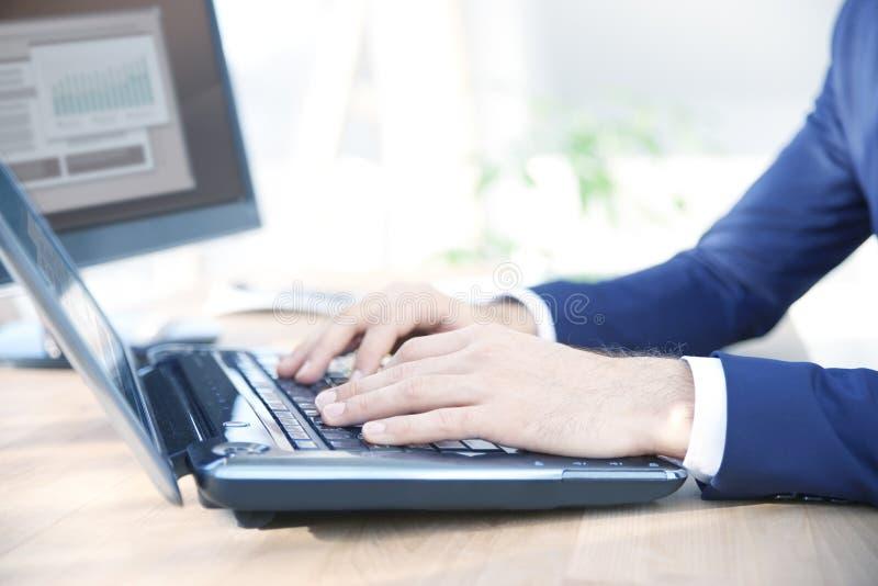 Mano del ` s dell'uomo d'affari che scrive sulla tastiera immagine stock libera da diritti