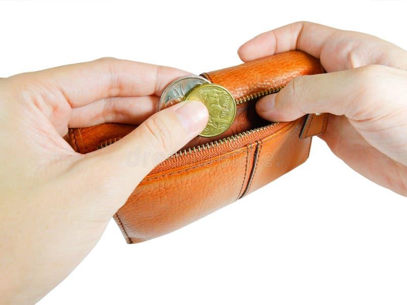 Mano del ` s della donna che prende le monete australiane dal portafoglio con il ritaglio immagini stock libere da diritti