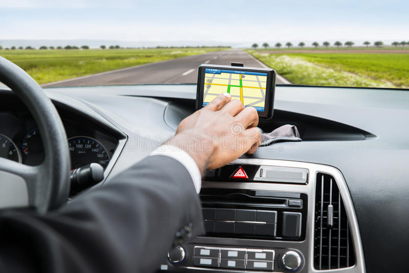 Mano del ` s della persona facendo uso di servizio di GPS immagine stock