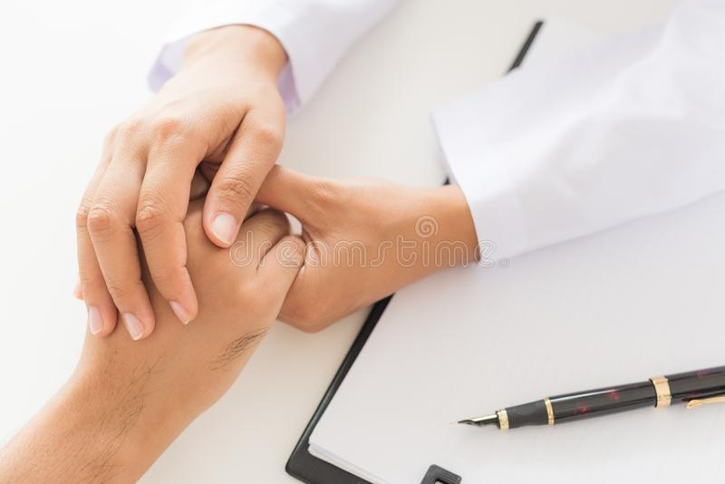 Mano del ` s del doctor Holding Patient foto de archivo