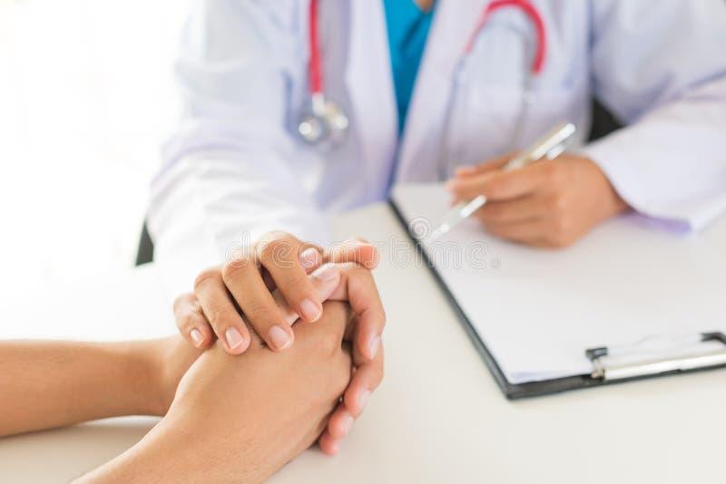 Mano del ` s del doctor Holding Patient imagenes de archivo