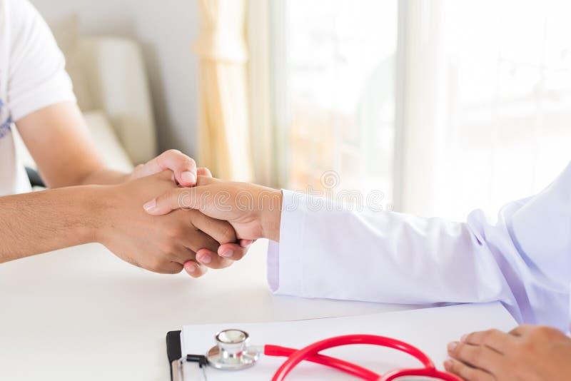 Mano del ` s del doctor Holding Patient Concepto de la medicina y de la atención sanitaria imagen de archivo libre de regalías