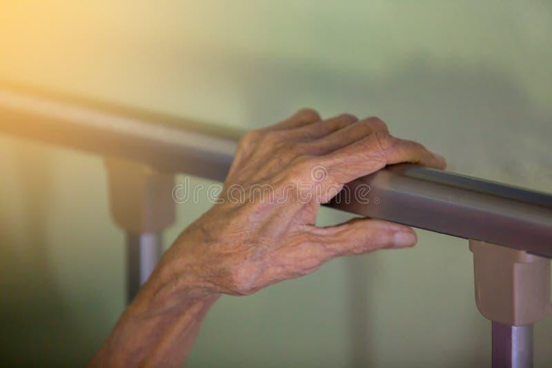 Mano del sueño de la mujer mayor en cama imagen de archivo libre de regalías