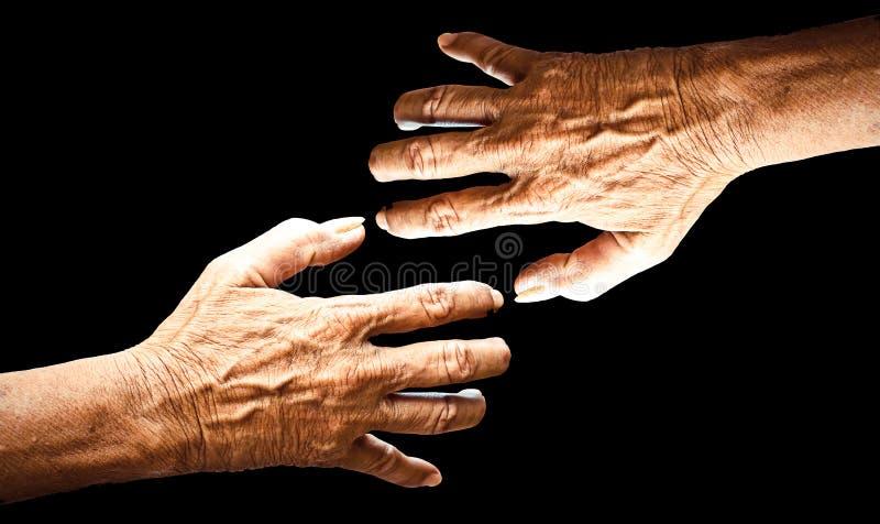 Mano del viejo hombre aislada en fondo negro foto de archivo
