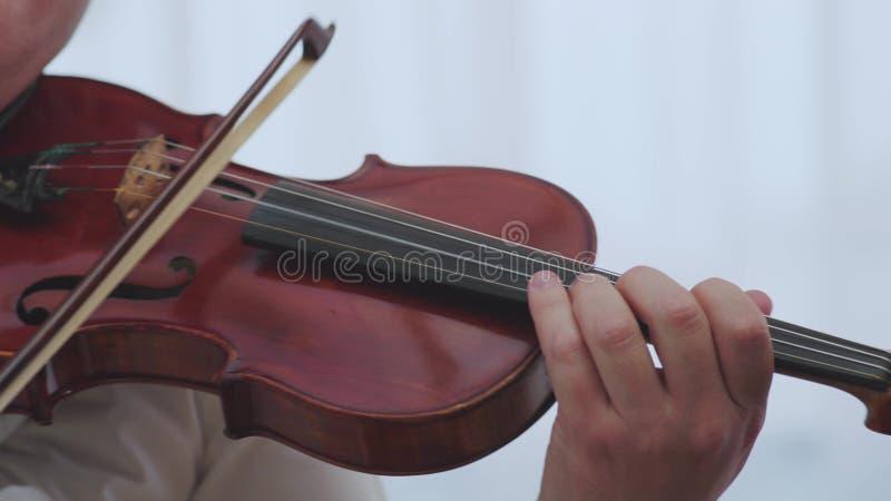 Mano del violinista del instrumento musical del violín El jugar clásico de la música de la orquesta del músico imágenes de archivo libres de regalías