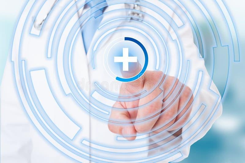 Mano dell'erba medica che indica sul segno medico sullo schermo attivabile al tatto fotografia stock libera da diritti