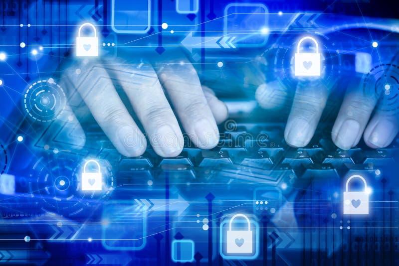Mano dell'uomo che lavora alla tastiera del computer portatile del computer con le icone del lucchetto di sicurezza di sicurezza fotografie stock