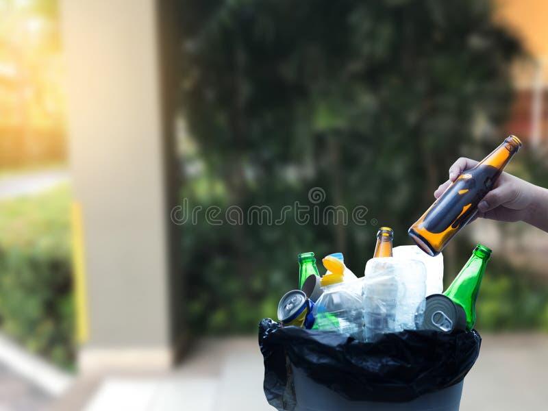 mano dell'uomo che mette riutilizzazione di plastica per il riciclaggio dell'ambiente di concetto fotografie stock