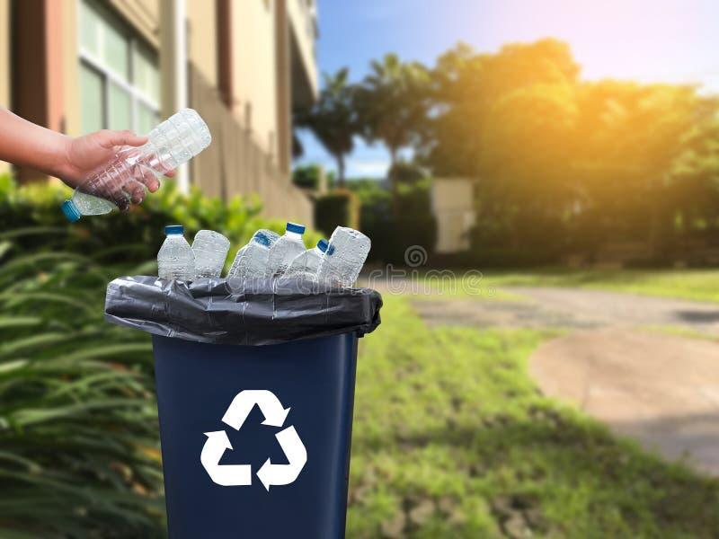 mano dell'uomo che mette riutilizzazione di plastica per il riciclaggio dell'ambiente di concetto immagini stock libere da diritti