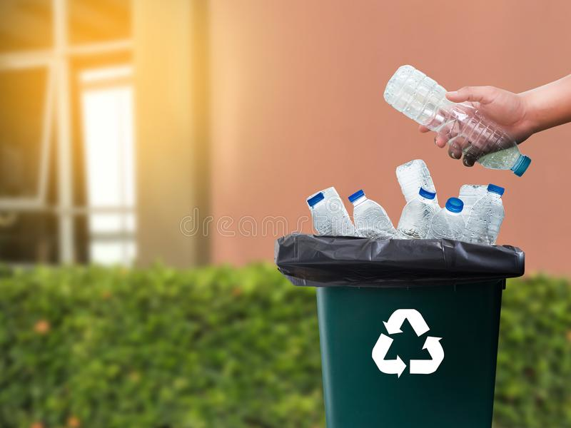 mano dell'uomo che mette riutilizzazione di plastica per il riciclaggio dell'ambiente di concetto fotografie stock libere da diritti