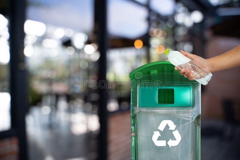 mano dell'uomo che mette riutilizzazione di plastica per il riciclaggio dell'ambiente di concetto fotografia stock libera da diritti