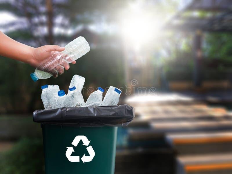 mano dell'uomo che mette riutilizzazione di plastica per il riciclaggio dei environmen di concetto fotografia stock