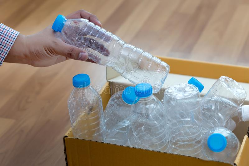mano dell'uomo che mette riutilizzazione di plastica per il riciclaggio dei environmen di concetto immagini stock libere da diritti