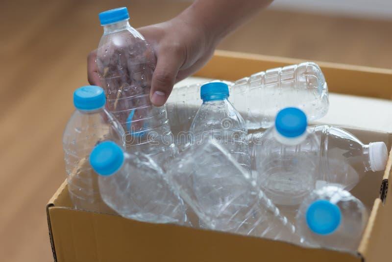 mano dell'uomo che mette riutilizzazione di plastica per il riciclaggio dei environmen di concetto immagine stock libera da diritti