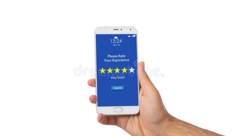 Mano dell'uomo che tiene uno smartphone, 4 stelle, testo molto buon sullo schermo, isolato su fondo bianco illustrazione vettoriale