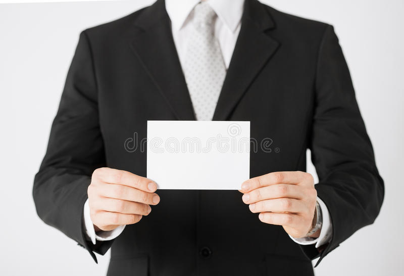 Mano dell'uomo con carta in bianco fotografia stock