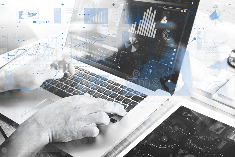 Mano dell'uomo d'affari che assiste alla videoconferenza con il computer portatile fotografia stock