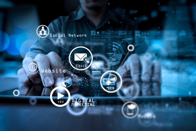 Mano dell'uomo d'affari che funziona con la tecnologia moderna e il laye digitale immagini stock