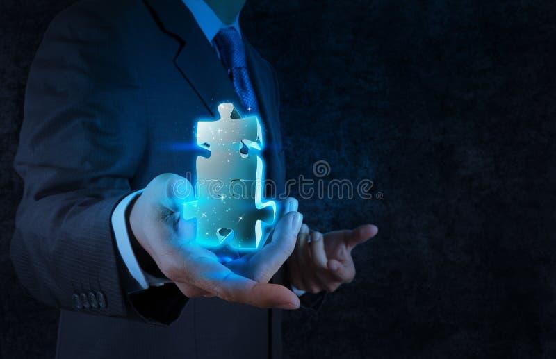 Mano dell'uomo d'affari che mostra il segno di associazione fotografie stock libere da diritti