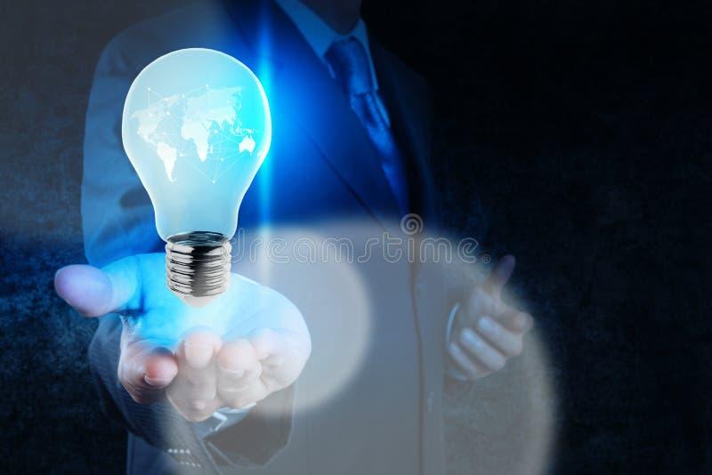 Mano dell'uomo d'affari che mostra lampadina con la rete sociale fotografia stock