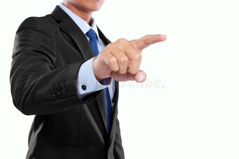 Mano dell'uomo d'affari che spinge schermo virtuale fotografie stock libere da diritti
