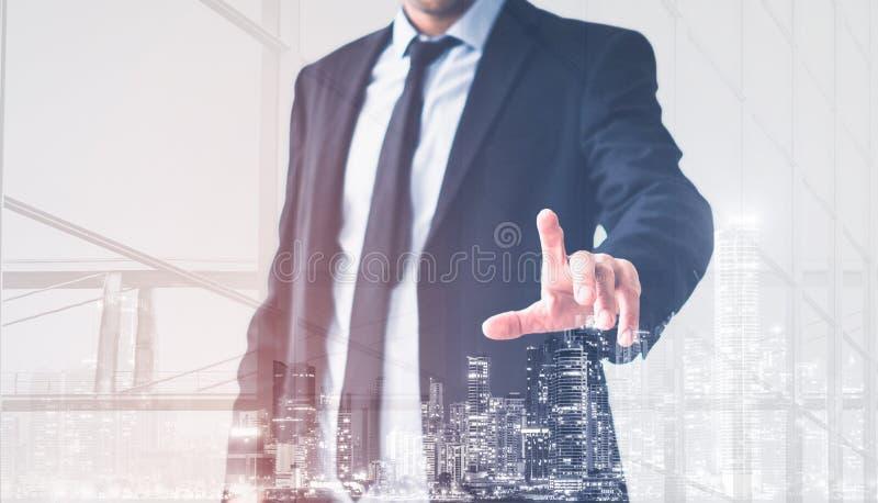 Mano dell'uomo d'affari che tocca schermo virtuale, concetto moderno del fondo dell'uomo di affari illustrazione di stock