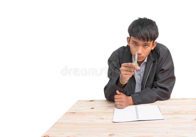Mano dell'uomo d'affari in Pen Pointing in avanti sulla tavola su fondo bianco fotografia stock libera da diritti