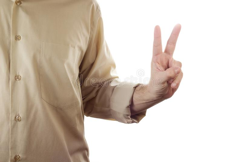 Mano dell'uomo del primo piano che mostra il segno di pace isolato su fondo bianco fotografia stock libera da diritti