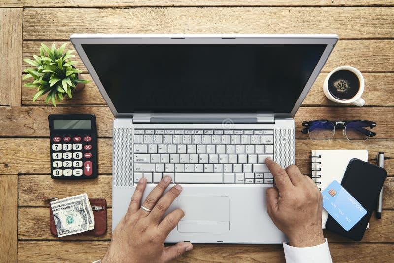 mano dell'uomo facendo uso del computer portatile immagine stock