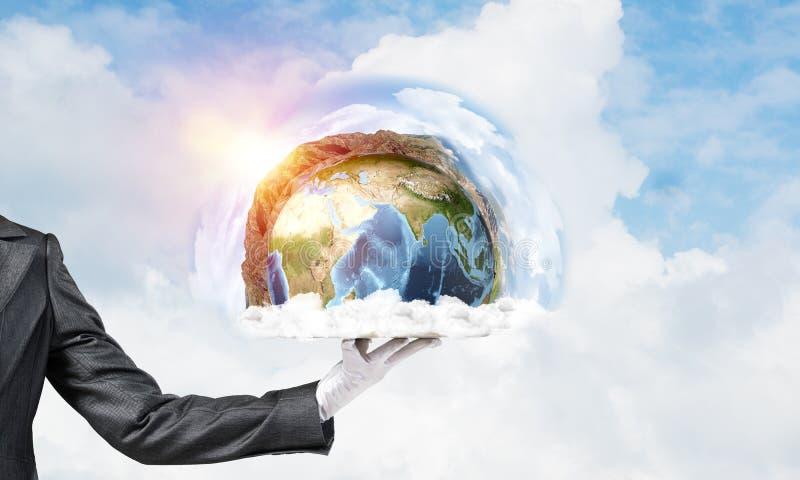 Mano della cameriera di bar che presenta il globo della terra sul vassoio immagini stock