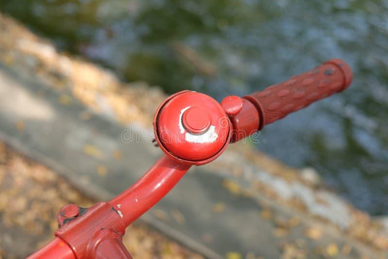 Mano della campana della bicicletta e della bici fotografie stock