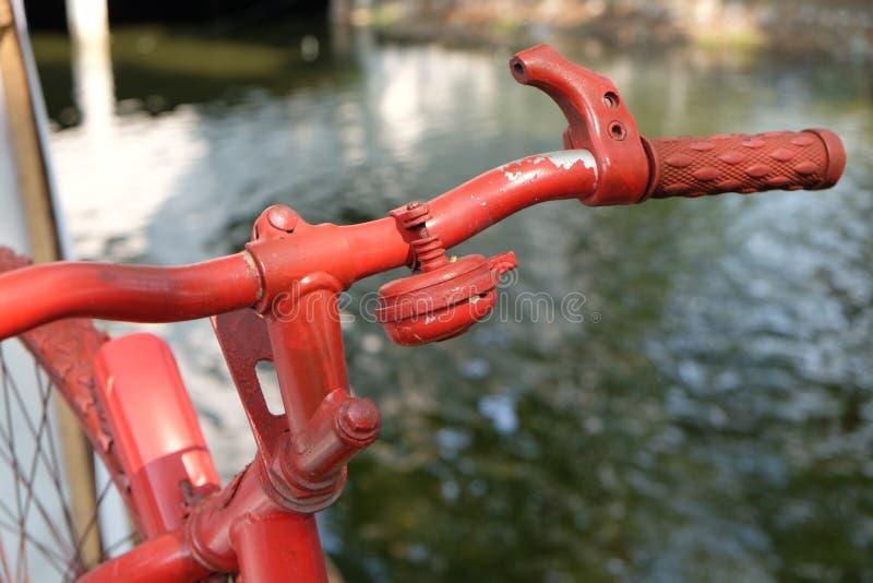 Mano della campana della bicicletta e della bici fotografia stock