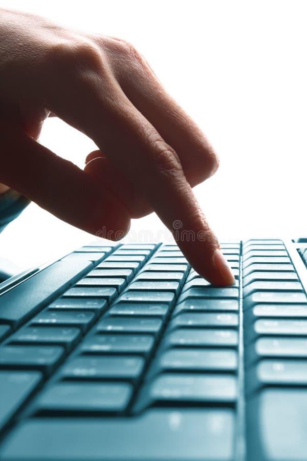 Mano della donna che digita su un computer portatile immagine stock libera da diritti