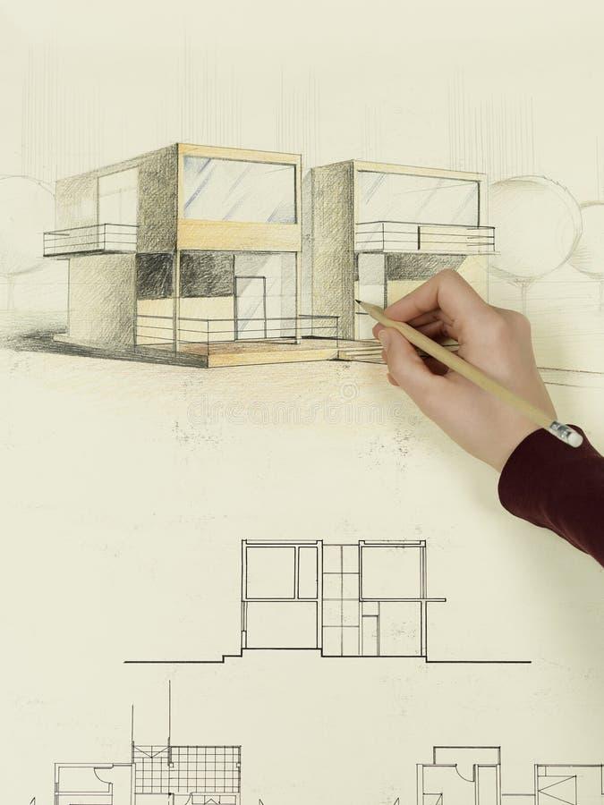 Mano della donna che dissipa abbozzo architettonico della casa immagini stock libere da diritti