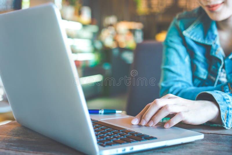 Mano della donna che lavora al computer portatile nell'ufficio immagine stock libera da diritti