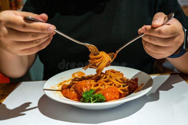 Mano della donna che mangia gli spaghetti immagine stock libera da diritti