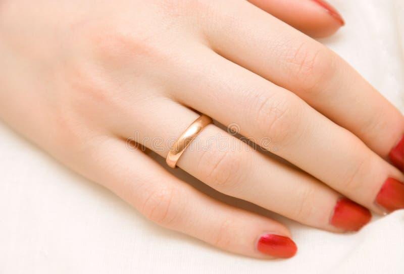 Mano della donna con l'anello dorato fotografie stock libere da diritti