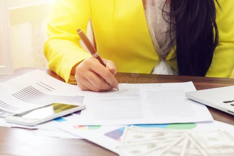 Mano della donna di affari che firma un contratto, fine su concetto di accordo di contratto o di affare di affari immagine stock