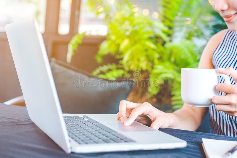 Mano della donna di affari che funziona con un computer portatile nell'ufficio fotografie stock libere da diritti