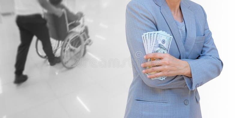 Mano della donna di affari che giudica valuta americana del dollaro isolata sopra fotografia stock libera da diritti