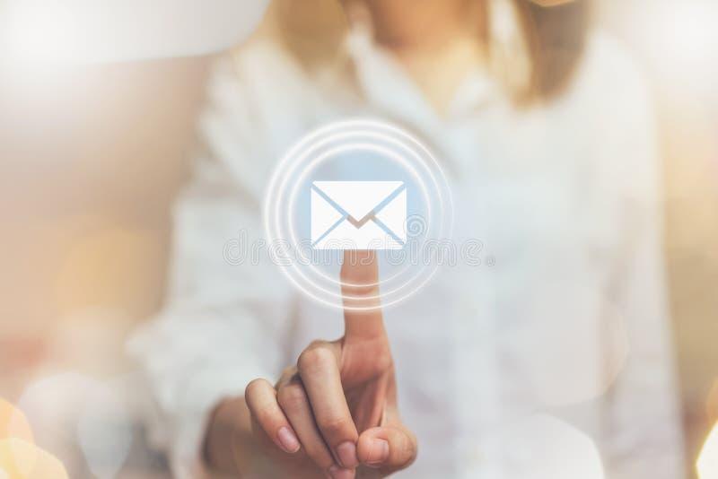 Mano della donna di affari che preme il email dell'icona del bottone, concetto della comunicazione e funzionante online immagini stock libere da diritti