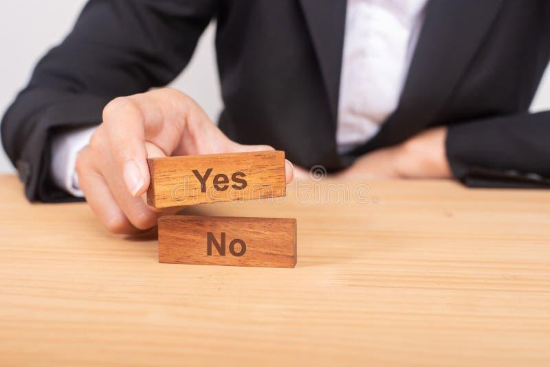 Mano della donna di affari che sceglie blog di legno con l'icona e la parola sì fotografia stock libera da diritti
