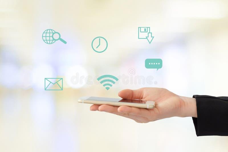 Mano della donna di affari facendo uso dello Smart Phone con Internet del ico di cose fotografie stock libere da diritti