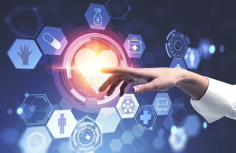 Mano della donna facendo uso dell'interfaccia medica con cuore illustrazione di stock