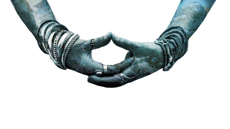 Mano della donna nel lotto d'uso di mudra di gesto simbolico di yoga di doppia esposizione degli anelli e dei braccialetti fotografie stock