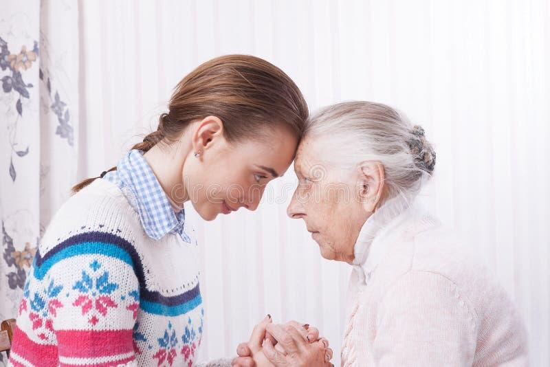 Mano della holding Concetto degli anziani di cure domiciliari immagine stock