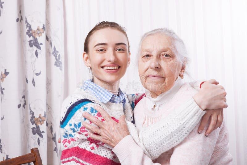 Mano della holding Concetto degli anziani di cure domiciliari fotografia stock libera da diritti